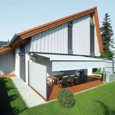 Terrasse ist durch Seitenmarkisen abgeschirmt