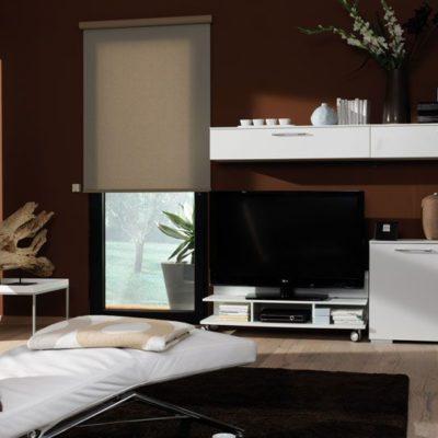 Flächenvorhang als Sonnenschutz in einem Wohnzimmer