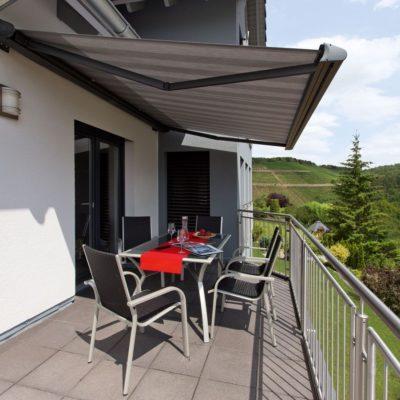 Balkon hat eine Markise zum Sonnenschutz
