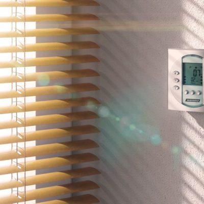 Lamellen einer Jalousien regeln den Lichteinfall